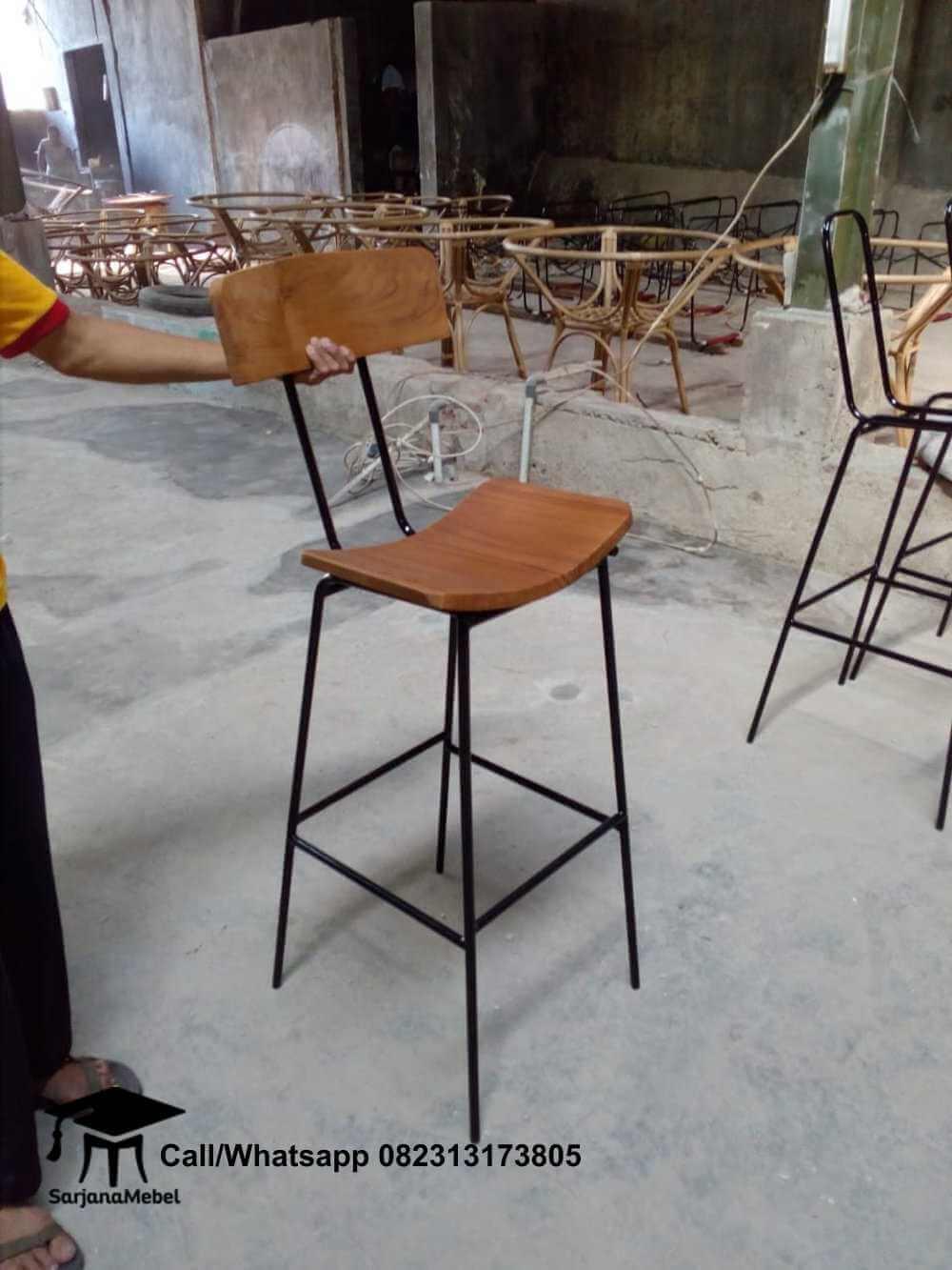 Gambar Kursi Bar Cafe Rangka Besi Lengkung