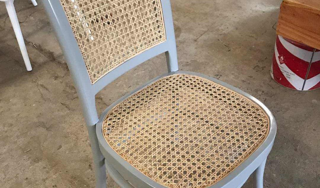 Kursi Cafe Warna Putih Kombinasi Rotan